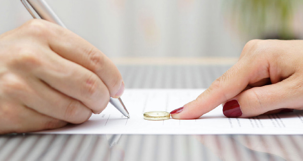 Couple signing separation agreement